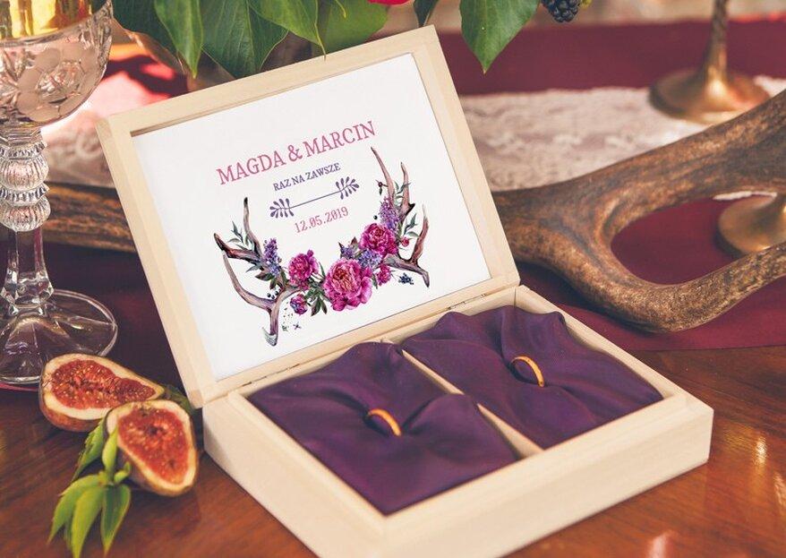 Jak podać obrączki na ślubie? Najpiękniejsze pudełka na obrączki i szklane szkatułki